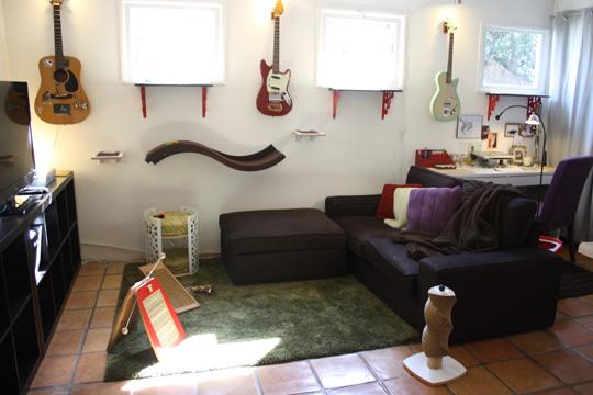 Jackson'ın kendi evinden bir kare, duvara ve cam önlerine bakın birkaç raf ile çok masraf etmeden biraz catification yapmak mümkün pratik düşünmek lazım! Daha nice güzel örnekler kitapta!